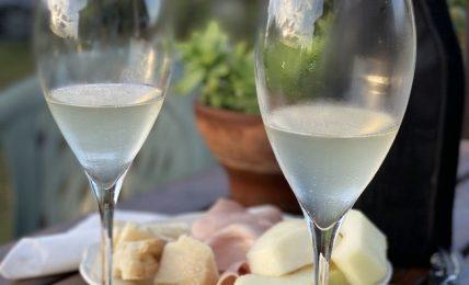 Bicchieri di vino bianco, cibo, estate