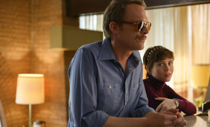 Paul Bettany e Sophia Lillis in Uncle Frank