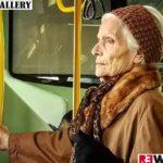 donna sul tram