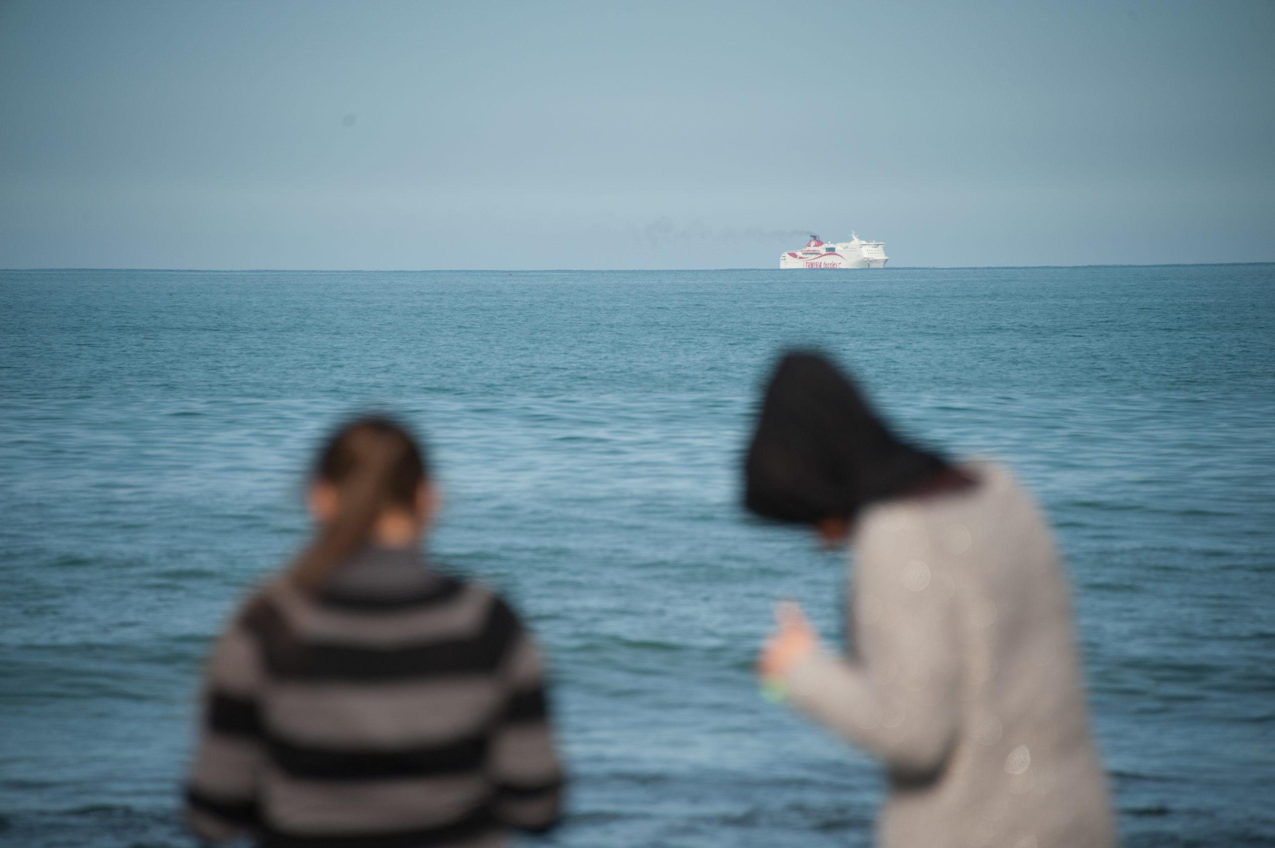 Due ragazze guardano il mare dalla spiaggia della Goulette, Tunisia