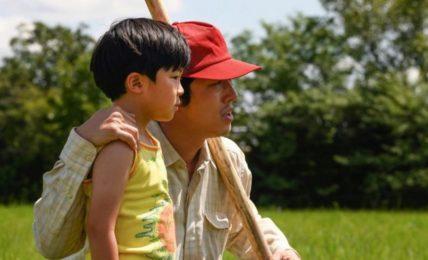 Steve Yeun e il piccolo Alan Kim in Minari